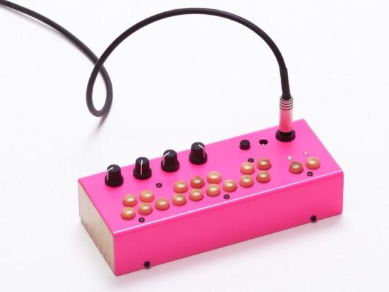 ピンクがかわいいベースシンセサイザーCritter and Guitari Bolsa Bass!